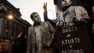 Protestas en un día negro para la economía argentina
