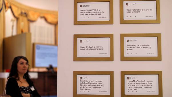 صورة لتغريدات دونالد ترامب في ويست هوليوود بولاية كاليفورنيا