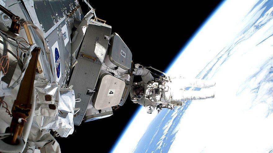 Astronot uzay kapsülündeki sızıntıyı bantla kapattı