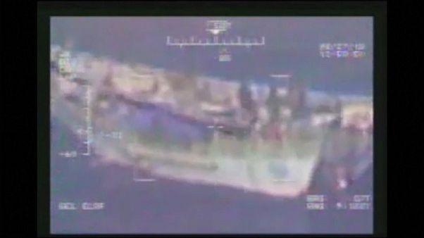 شاهد: البحرية الأمريكية تحبط عملية تهريب أسلحة بقارب في خليج عدن