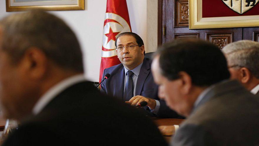 رئيس الوزراء التونسي يقيل وزير الطاقة وأربعة مسؤولين آخرين بارزين بشبهة الفساد
