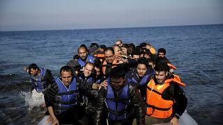 مجموعة مهاجرين لدى وصولهم إلى جزير ليسبوس اليونانية