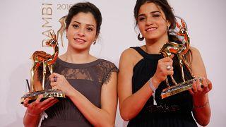 سارة (في اليمين) ويسرا مارديني تحملان جائزة في برلين بألمانيا.
