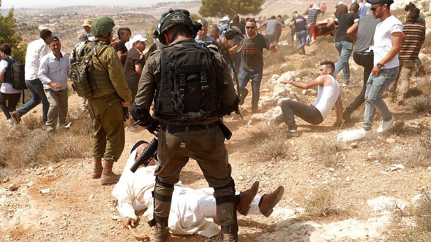 محتجون فلسطينيون يشتبكون مع القوات الإسرائيليلة في قرية راس كركر