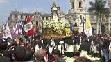 شاهد: الآلاف من الحجاج يطوفون بتمثال قديسة بيرو الوطنية