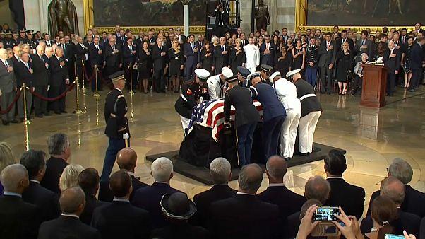 فيديو: وداع مهيب للسناتور الأمريكي جون ماكين  بغياب الرئيس ترامب