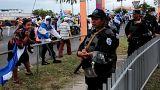 Un manifestante grita a una policía en una protesta contra Daniel Ortega.