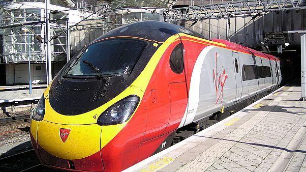 """شاهد: شجار عنيف داخل قطار في بريطانيا.. والسبب شطيرة""""!"""