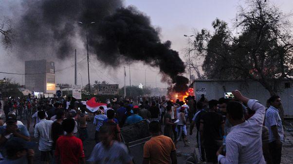 شاهد: محتجون عراقيون يحاولون اقتحام مبنى محافظة البصرة