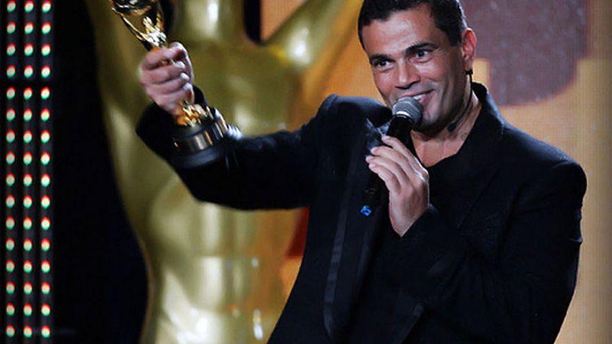 فيديو: عمرو دياب يضرب حارسه ويبعده من أجل صورة مع أحد المعجبين