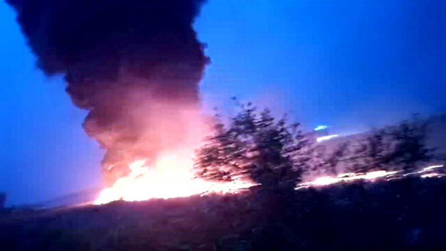 شاهد: نشوب حريق في طائرة روسية أثناء هبوطها في سوتشي وموظف في المطار يموت هلعا