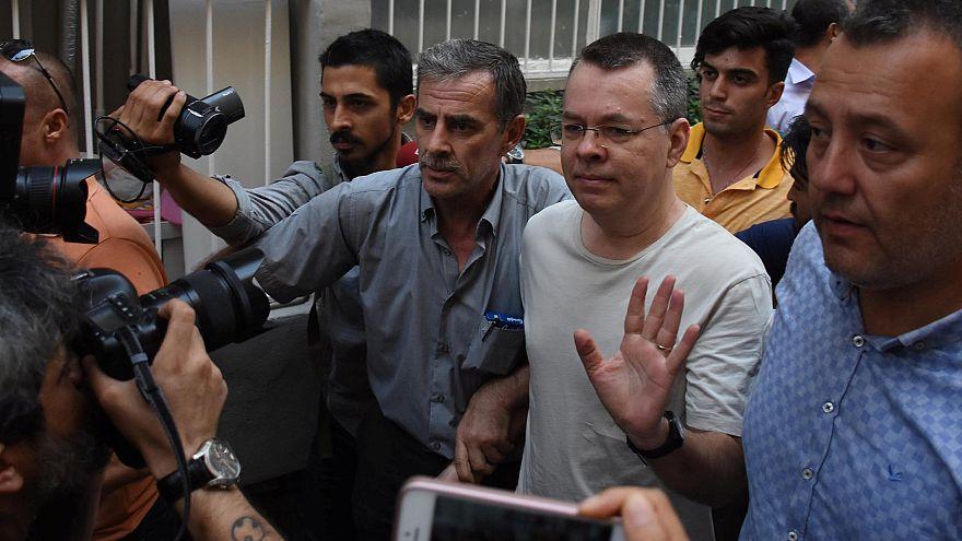 Amerikalı Rahip Brunson İzmir'de ev hapsinde tutuluyor.