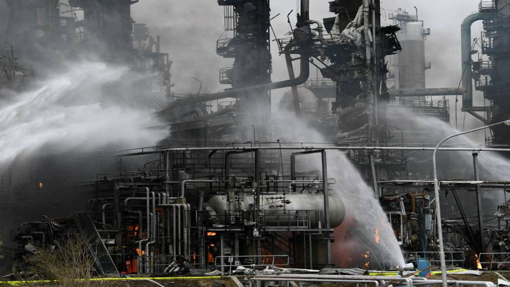 Eight injured in German oil refinery explosion