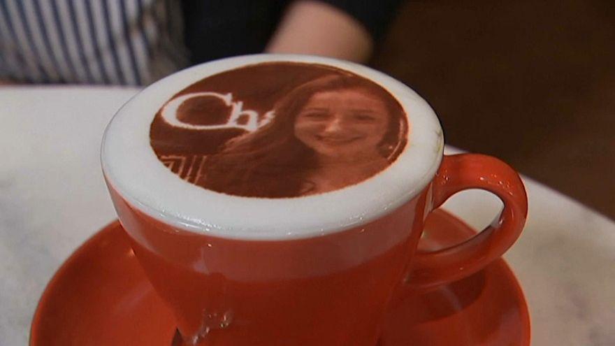 شاهد: في أستراليا إحتساء كوب قهوة تحمل وجه صاحبها