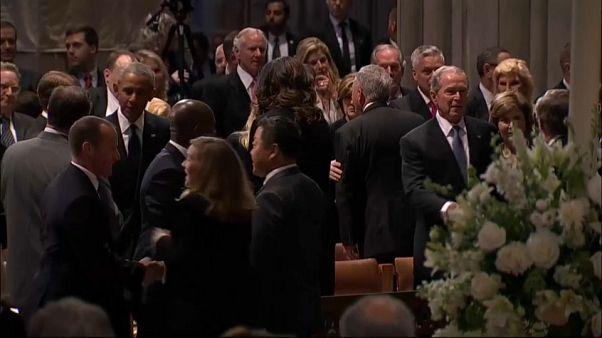 ثلاثة رؤساء أمريكيين يشيعون ماكين بينما ترامب يلعب الغولف!