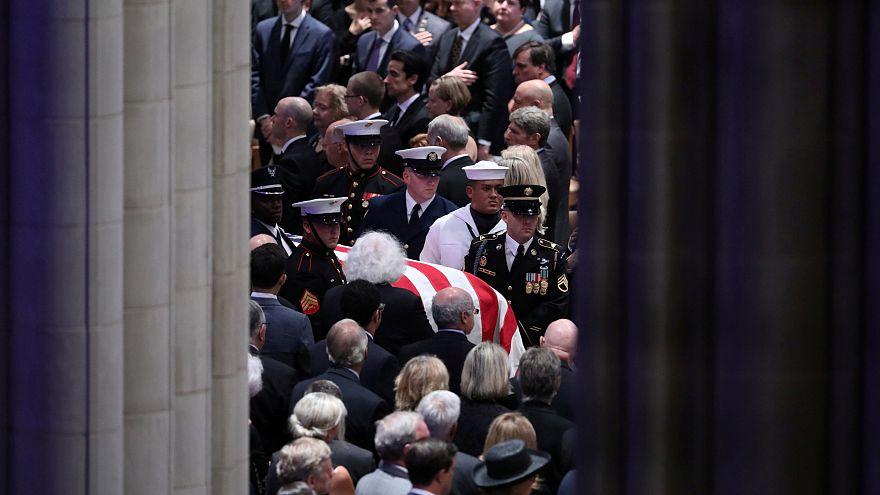 Último adiós a McCain en ausencia de Trump
