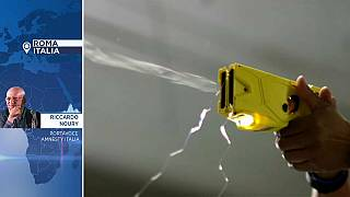 Pistole elettriche, al via la sperimentazione in Italia: l'opinione di Amnesty