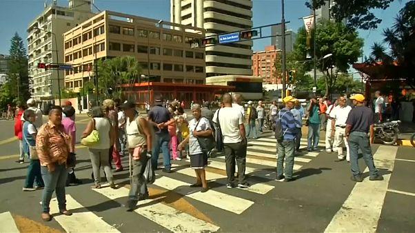 Pensionistas venezuelanos cortam o trânsito