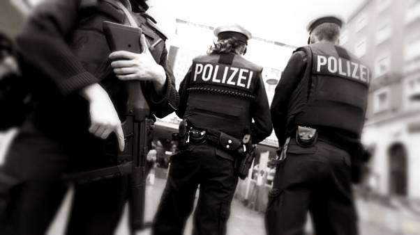 Almanyada Nazi selamı veren iki polis açığa alındı