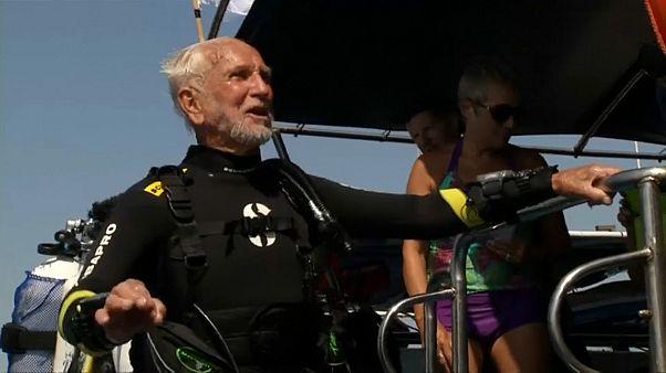 Mais velho mergulhador do mundo tem 95 anos
