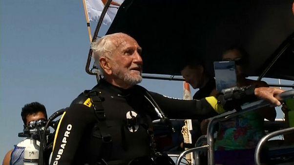 Il record del mondo di Ray Wolly: a 95 anni, passeggiata 40 metri sott'acqua