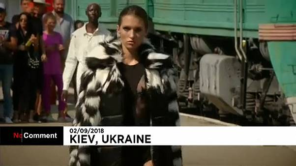 شاهد: عرض أزياء في محطة قطارات بأوكرانيا