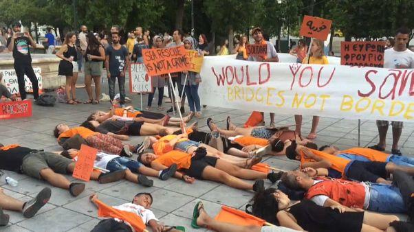 Atenas se viste de naranja por los refugiados