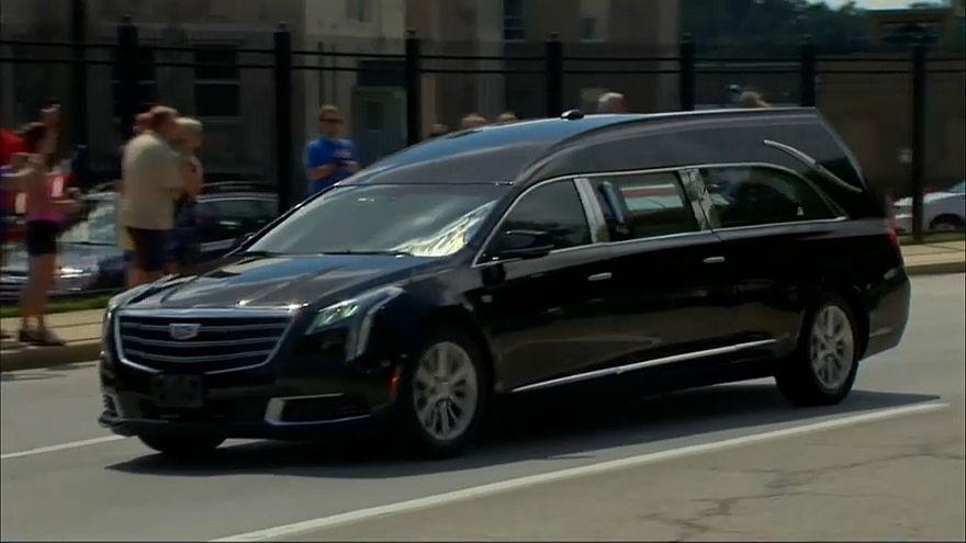 شاهد: جثمان ماكين يصل إلى المحطة قبل الأخيرة من رحلة التشييع التي خطط لها