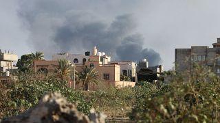 دخان متصاعد جراء قتال بين فصائل متناحرة في طرابلس يوم 28 أغسطس آب 2018.