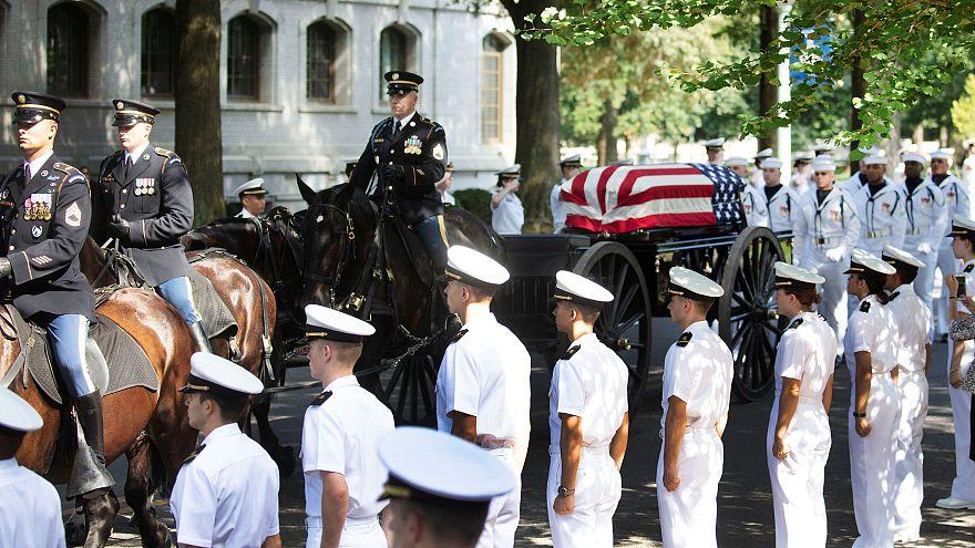 ΗΠΑ: Δίπλα στο στενό του φίλο ζήτησε να ταφεί ο γερουσιαστής Μακέιν