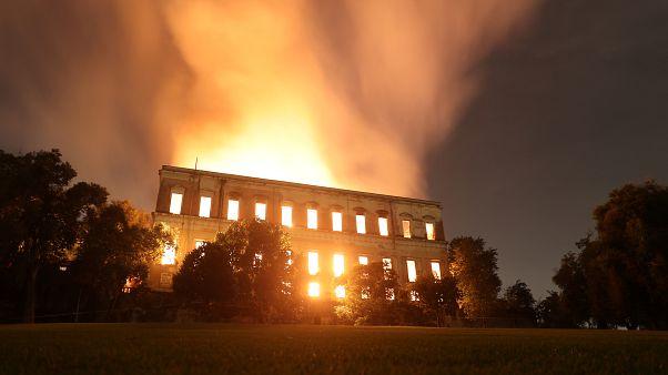 مشاهد من الحريق الهائل الذي اندلع في المتحف الوطني في ريو دي جانيرو