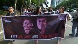 protesta de apoyo con pancarta de los 2 periodistas condenados