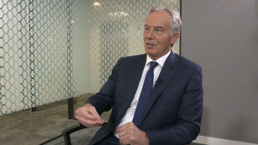 """Blair diz que Theresa May está """"no caminho errado"""" do """"Brexit"""""""