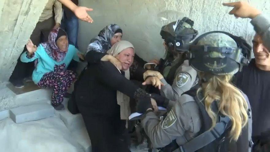 شاهد: بالقنابل المسيلة للدموع والرصاص المطاطي إسرائيل تخرج الفلسطينيين من بيوتهم