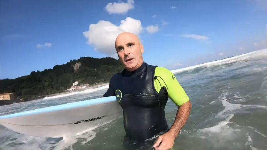 Gallo, el profesor ciego que enseña surf en las playas de Zarautz