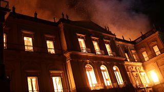 Das Nationalmuseum in Rio de Janeiro steht in Flammen.