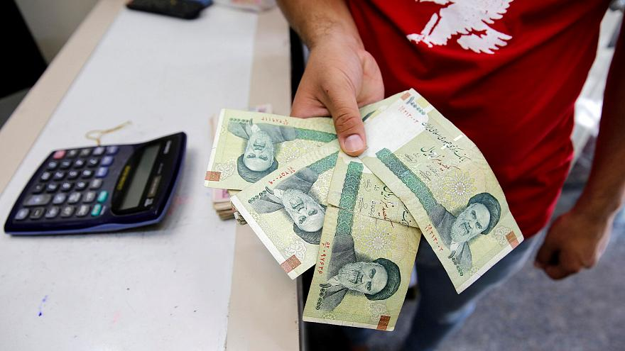 موقع: الريال الإيراني يواصل التهاوي مسجلاً رقماً قياسياً أمام الدولار