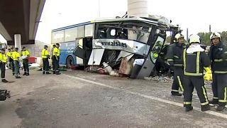 Der Bus raste frontal gegen einen Brückenpfeiler.