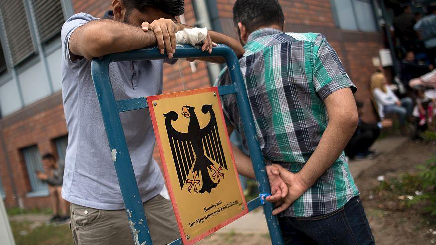پناهجویان منتظر در کنار دفتر اداره مهاجرت و پناهجویی برلین
