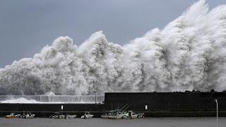 Japonya'yı son 25 yılın en ağır tayfunu vurdu: 10 ölü, 2 milyon kişiye tahliye tavsiyesi
