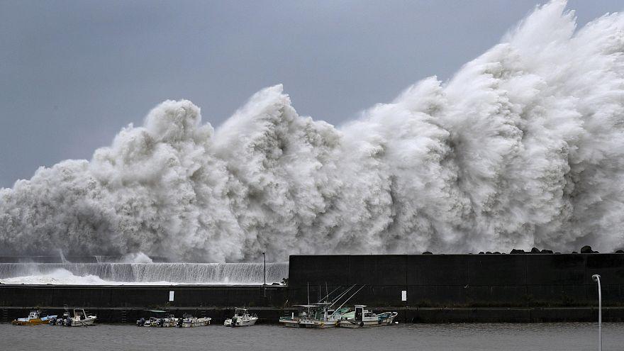 """شاهد : """"جيبي""""....أقوى إعصار يضرب اليابان منذ 1993"""