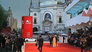 السجاد الأحمر لاستقبال ضيوف مهرجان البندقية السينمائي