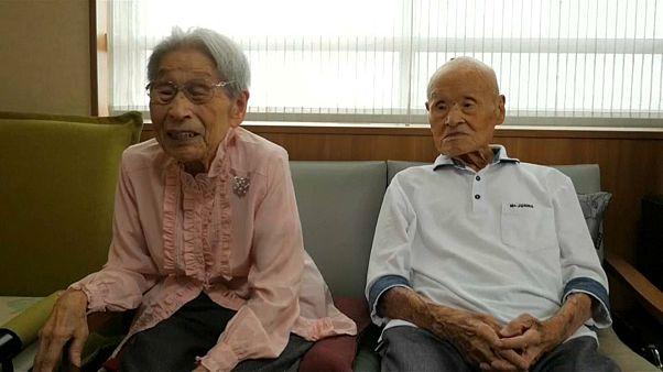 اليابان: أكبر معمّرين في العالم يحتفلان بتحطيم رقم موسوعة غينيس