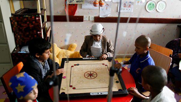Unos niños jugando mientras reciben quimioterapia