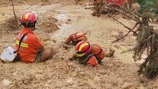 تلاش امدادگران برای یافتن افراد مفقود شده در سیلاب چین