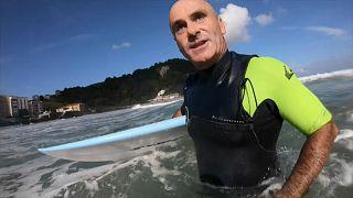 في مثال لقوة الإرادة...لم يمنعه العمى من احتراف ركوب الأمواج وتعليمه للآخرين