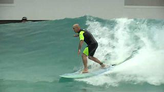 Görme engelli sörf hocası 'görenleri' hayrete düşürüyor