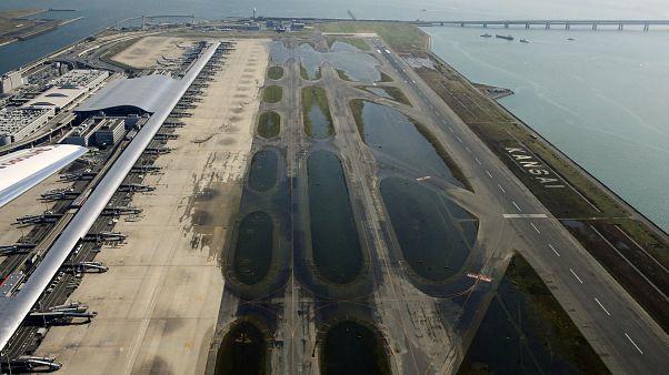 مطار غمرته مياه الإعصار
