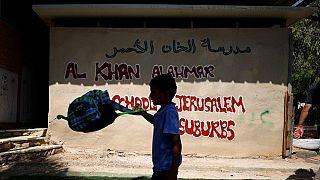 یک کودک فلسطینی در کنار مدرسه خانالاحمر