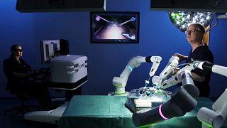 Doktorlar 'el çekiyor', robot cerrahlar devrede